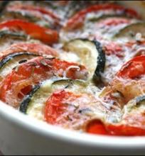 Pomidorų / cukinijų apkepėlė su mozzarella.