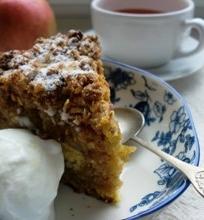 Nostalgiškas obuolių pyragas, apibarstytas riešutiniais trupiniais
