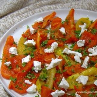 Lauže keptų paprikų salotos