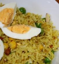 Daržovių Kedgeree (arba ryžiai su daržovėmis ir kiaušiniu)