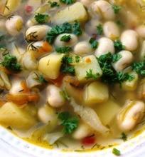 Šildanti pupelių ir kopūstų sriuba