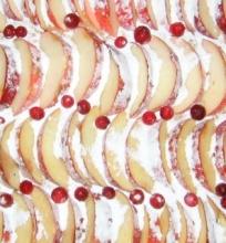 Pyragas su obuoliais ir spanguolėmis