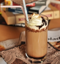 Šaltas kavos gėrimas su šokoladu