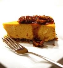 Moliūginis grietinėlės sūrio pyragas su viskio ir karamelės padažu