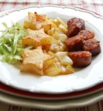 Aštrios dešrelės su bulvinėmis žvaigždutėmis ir karamelizuotomis kriauš ėmis
