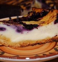 mėlynėmis margintas varškės pyragas