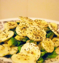 Veganiškos avokadų ir bananų salotos su baziliku