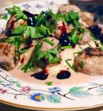 Oliverio švediški kukuliai rožiniame juodųjų serbentų padaže