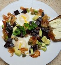 Šiltos burokėlių, kiaušinių salotos