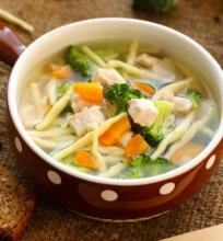Dietinė vištienos sriuba su brokoliais