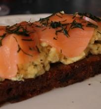 Kitokie šeštadienio pusryčiai – lašišos ir omleto sumuštinis