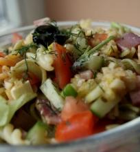 Spalvotos makaronų salotos
