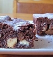 Šokoladiniai pyragaičiai su karamele ir riešutais