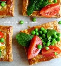 Fetos sūrio tartos su žirnelių ir pomidorų salotom