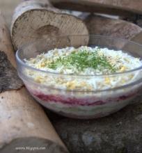 Sluoksniuotos salotos su lašiša