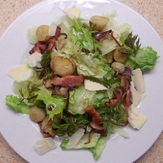 Šiltos salotos su topinambais ir šonine