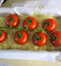 Pyragas su fetos sūriu ir pomidorais