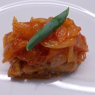 Kepta lydeka su kepintais svogūnais ir pomidorų padažu