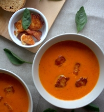 Orkaitėje keptų pomidorų ir paprikų sriuba su Halooumi