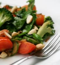 Trumpai apkeptos salotos su migdolais