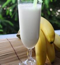 kokteilis su bananais