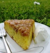 Apverstas karamelinis rabarbarų pyragas