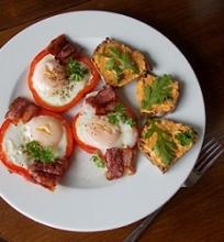 Kiaušinis keptas paprikoje ir keptų paprikų sviestas