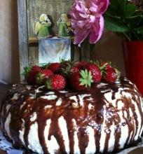 Šokoladinis varškės tortas su karamelizuotais bananais