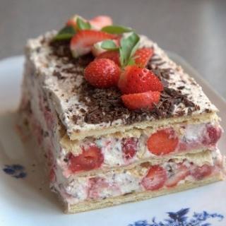 Braškių – sluoksniuotos tešlos pyragas