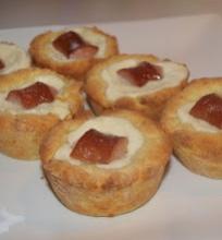 Pyragėliai su dešrelėmis ir mocarelos sūriu