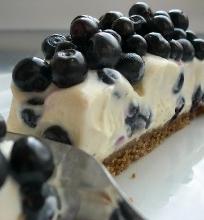 Varškės, baltojo šokolado ir mėlynių pyragas, kurio nereikia kepti