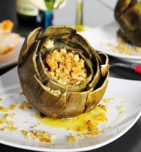 Šiltos artišokų ir krevečių salotos