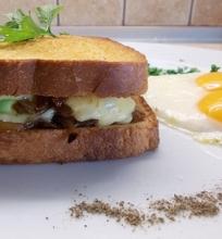 Karšti sumuštiniai su šoninės džemu ir avokadu