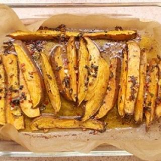 Orkaitėje keptos saldžiosios bulvės su jogurto padažu