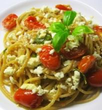 Makaronai su vyšniniais pomidorais, feta ir baziliku
