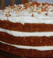 Morkų tortas su varškės-klevų sirupo kremu.