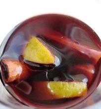 Kalėdinis vyno, erškėtrožių arbatos ir sulčių gėrimas
