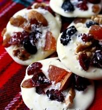 Baltas šokoladas su džiovintais vaisiais ir riešutais