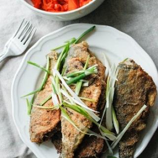 Žuvis kukurūzų miltuose ir morkytės