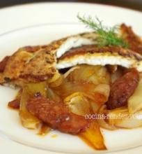 Kepta plekšnė su stambiais svogūnais ir Chorizo dešra