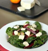 Špinatų, burokėlių ir cukinijų salotos su Brie sūriu