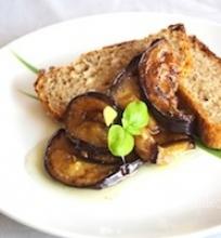 Duonos paplotėlis su baklažanų užkandėle