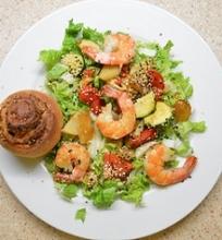 Šiltos daržovių salotos su krevetėmis