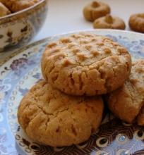 Žemės riešutų sviesto sausainiai su kokosų drožlėmis