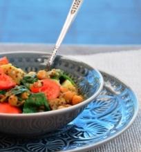 Avinžirnių, lęšių ir bolivinių balandų troškinys (karis) su pomidorais ir  špinatais