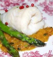 Garinta žuvis su šafranišku svogūnų padažu ir šparagais